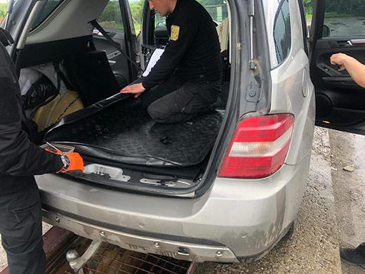 Через приховані цигарки закарпатські митники вилучили автомобіль у громадянки Угорщини