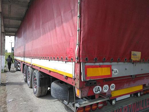 Закарпатські митники виявили контрабандні цигарки у днищі вантажівки з пиломатеріалами