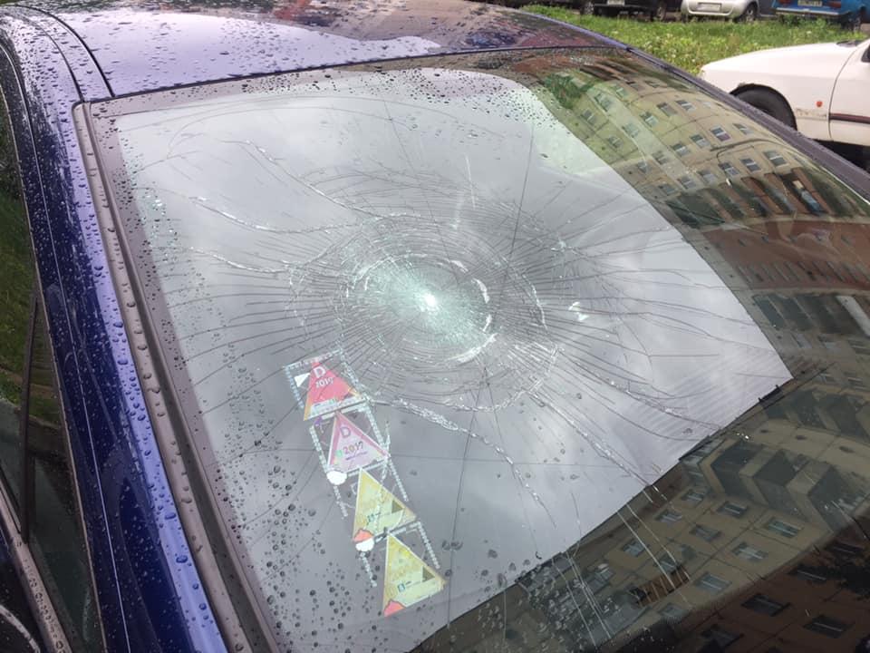 Директору служби ужгородського таксі розбили на автівці лобове скло та порізали колеса (фото)