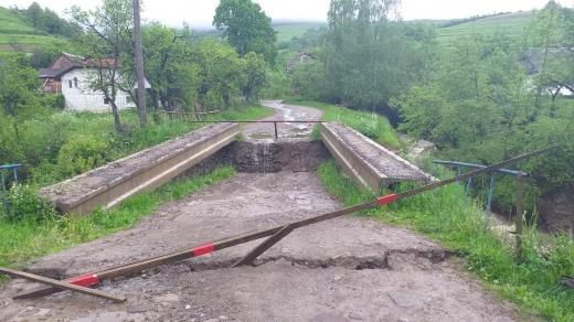 На Воловеччині паводкова хвиля обвалила бетонний міст через Латорицю