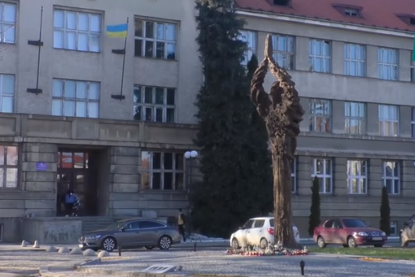 """Ужгородські депутати не підтримали перенесення монументу """"Свіча пам'яті"""" на Кальварію"""