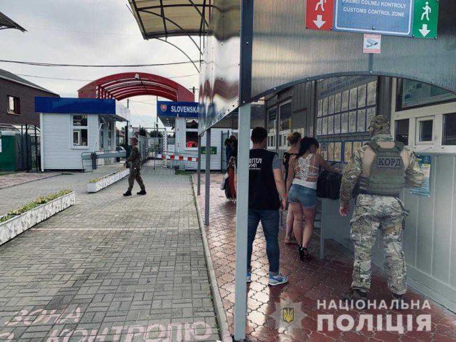 На ПП Малі Селменці затримали сутенерів та повій