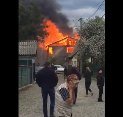 Вогонь знищив два сусідні будинки у Рахові (відео)