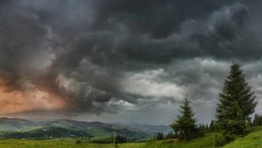 На Закарпаття знову суне негода: в найближчі години очікуються сильні зливи, грози та град