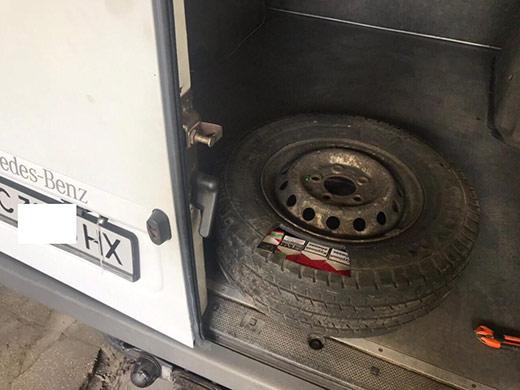 У запасному колесі мікроавтобуса закарпатські прикордонники виявили контрабандні сигарети