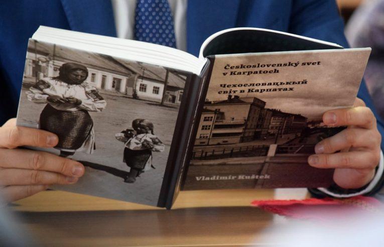 В Ужгороді презентували книгу Владіміра Куштека «Чехословацький світ у Карпатах»