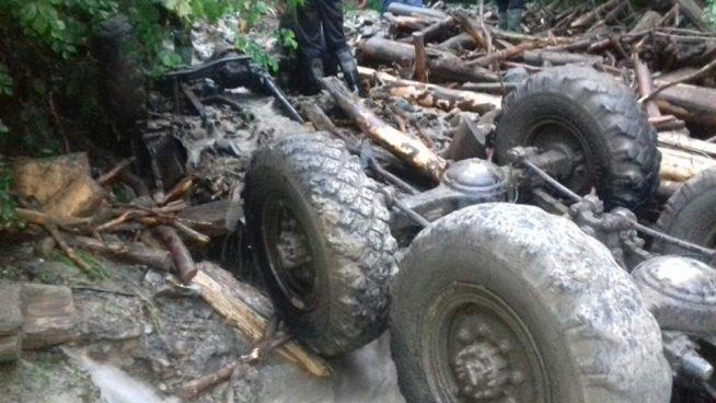 В Тячівському районі машина зірвалася з гори в річку, загинуло 5 осіб