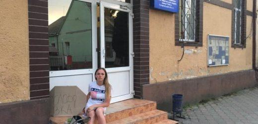 У Виноградові жінка голодує під поліцією, бо колишній чоловік відібрав дитину (фото)