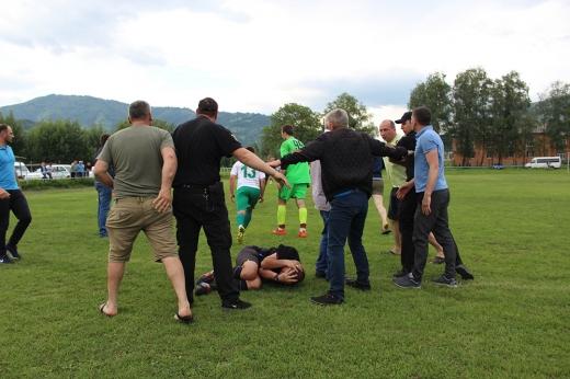 На Закарпатті після футбольного матчу вболівальники побили арбітра