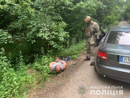 Закарпатські правоохоронці затримали наркодилера і вилучили в нього зброю та наркотики вартістю 500 тис. гривень