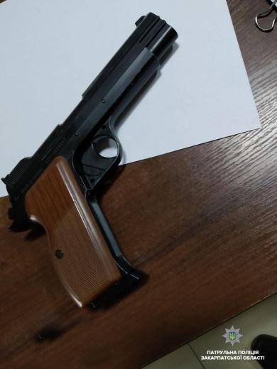 В Ужгороді чоловік стріляв по припаркованих автомобілях