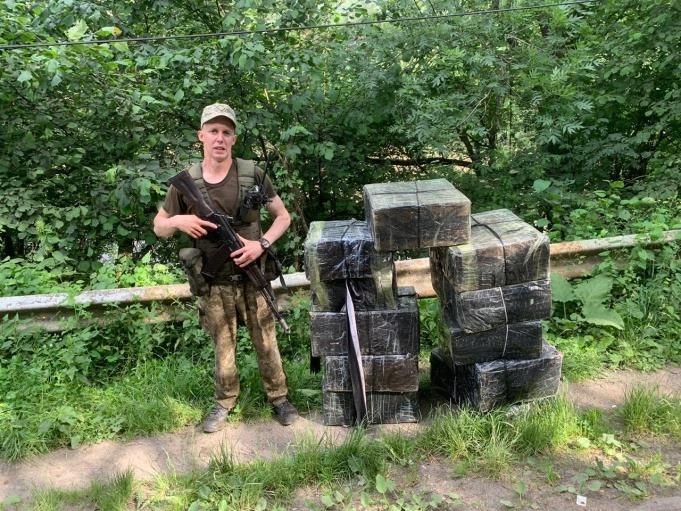 Закарпатські прикордонники виявили 11 ящиків сигарет, полишених контрабандистами