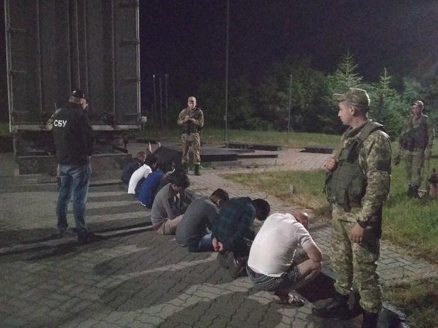 Під Ужгородом правоохоронці затримали шістьох азіатів-нелегалів та двох провідників
