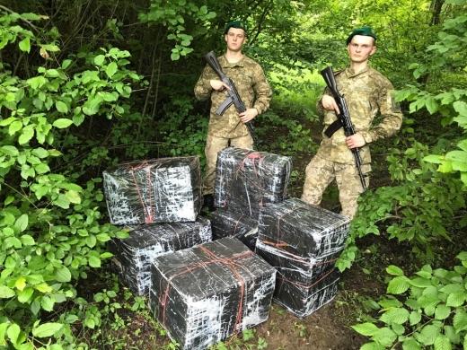 Тікаючи від закарпатських прикордонників, контрабандисти полишили шість пакунків з цигарками