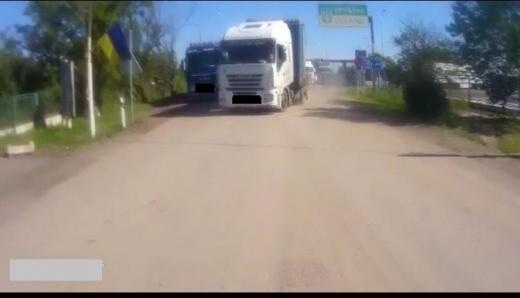 """У пункті пропуску """"Дяково"""" водій вантажівки намагався перетнути кордон поза чергою"""