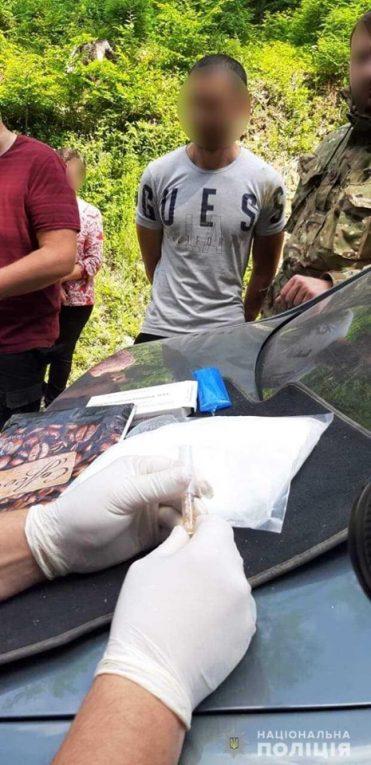 Відео вилучення 2 кілограм наркотиків закарпатськими поліцейськими
