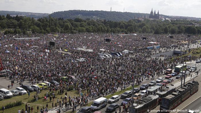 У Празі 250 тисяч людей вимагають відставку прем'єра Бабіша (фото)