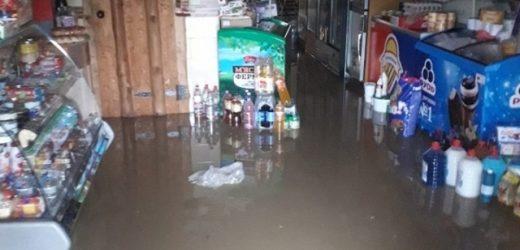 Через захаращеність водовідвідних канав на Рахівщині під час зливи затопило будинок і магазин