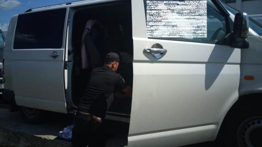 """У пункті пропуску """"Лужанка"""" прикордонники виявили цигарки в подвійному днищі мікроавтобуса"""