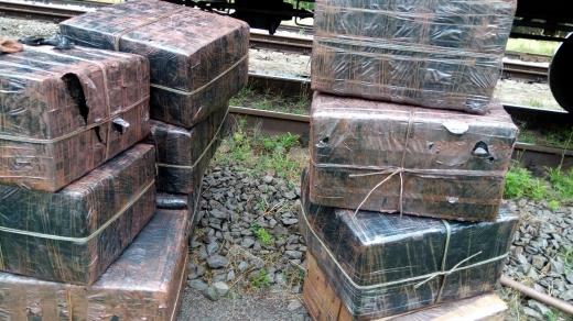 У вантажному потязі з рудою закарпатські митники виявили майже 9 тисяч пачок сигарет