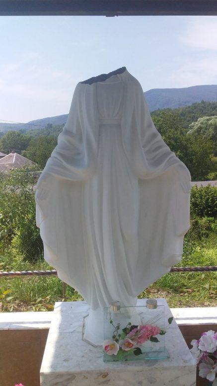На Закарпатті нелюди відбили голову з статуї Пресвятої Богородиці (фото)
