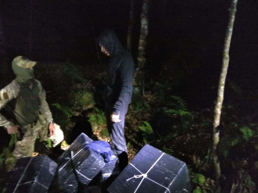 На Закарпатті спіймали трьох контрабандистів з 18 пакунками сигарет