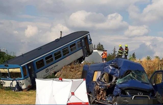 У Чехії маршрутку з закарпатцями розтрощив потяг, загинула жінка