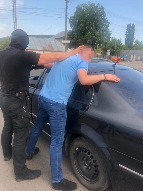 На Закарпатті затримано слідчого Берегівського відділення поліції, який вимагав 200 дол США хабара