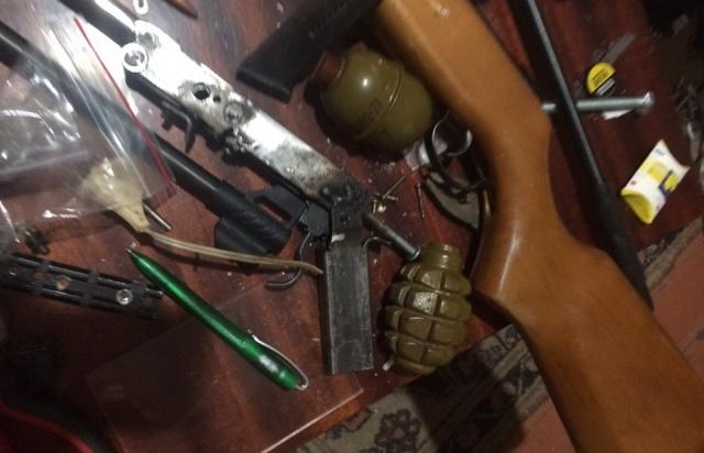 Поліція знайшла вдома у мешканця Берегова зброю, боєприпаси та наркотики