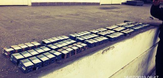 У радіаторі мікроавтобуса закарпатські митники знайшли приховані сигарети