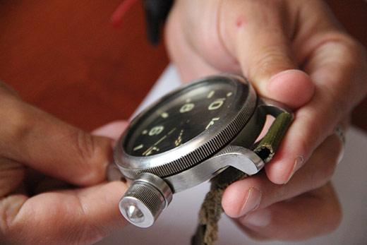 Закарпатські митники передали до краєзнавчого музею водолазний годинник минулого століття