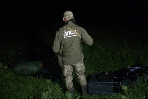 На Закарпатті біля кордону з Угорщиною знайшли чотири сумки з цигарками, що їх покинули контрабандисти