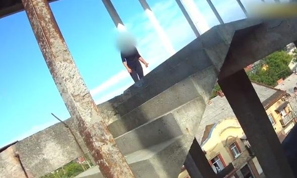 Ужгородські патрульні врятували від самогубства молоду дівчину (відео)