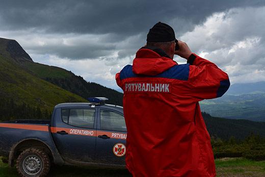 Закарпатські рятувальники уночі шукали туристку, що заблукала у лісі