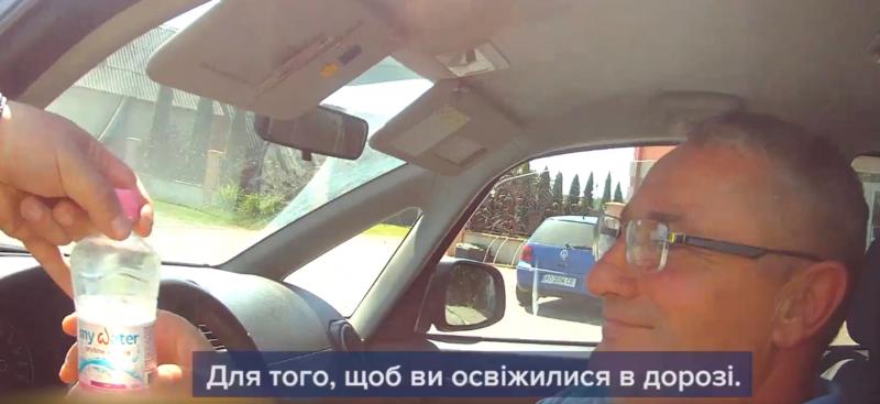 Закарпатські полісмени допомагають водіям трохи охолонути у спеку