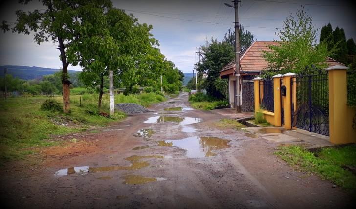 Ужгородське бездоріжжя – міському голові не до сумних реалій вулиці Канальна (відео)