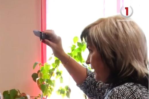 У Мукачівському міськрайонному суді мати підозрюваного у вбивстві розмахувала ножем (ВІДЕО)