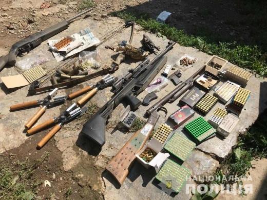 Вдома у закарпатця поліція знайшла цілий арсенал зброї