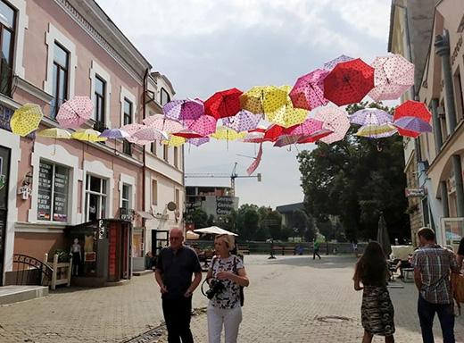 У центрі Ужгорода з'явилася ще одна локація з парасольками