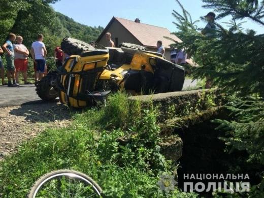 На Тячівщині неповнолітній за кермом квадроцикла врізався у авто: шестеро постраждалих у лікарні