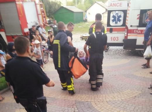 У Хусті вогнеборці врятували чоловіка, який вчадів від диму