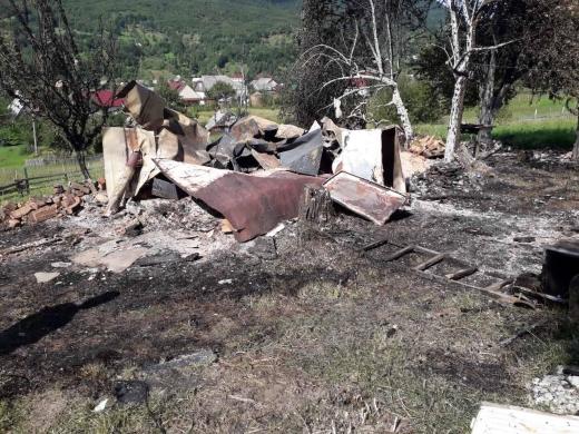 На Міжгірщині дощенту згорів дерев'яний будинок