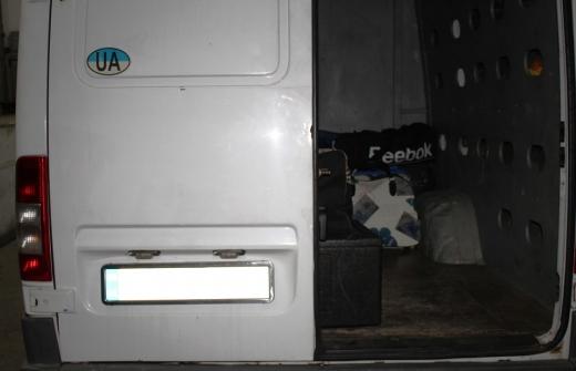 Закарпатські прикордонники виявили сховок з цигарками у мікроавтобусі