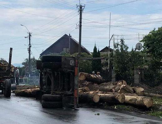 На Тячівщині перекинулася вантажівка з дровами (ФОТОФАКТ)