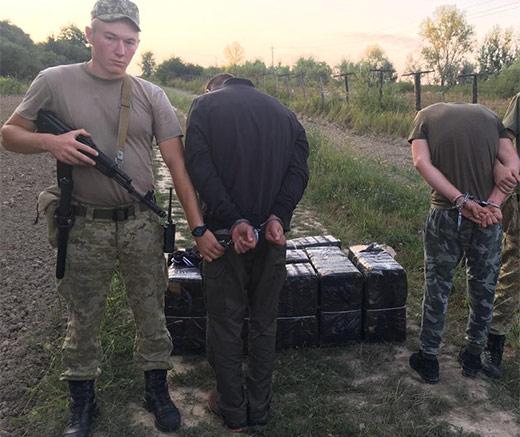 Закарпатські прикордонники зупинили двох контрабандистів, що несли майже 5 тис. пачок сигарет