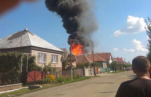 У селі Горонда біля Мукачева загорілися два будинки (ВІДЕО)