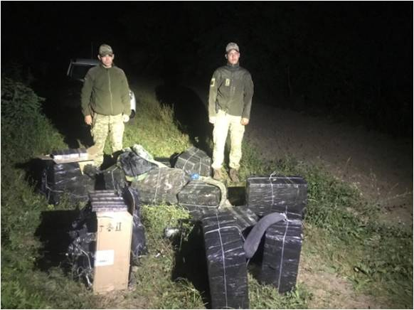 Тікаючи від закарпатських прикордонників, контрабандисти полишили 12 пакунків з цигарками