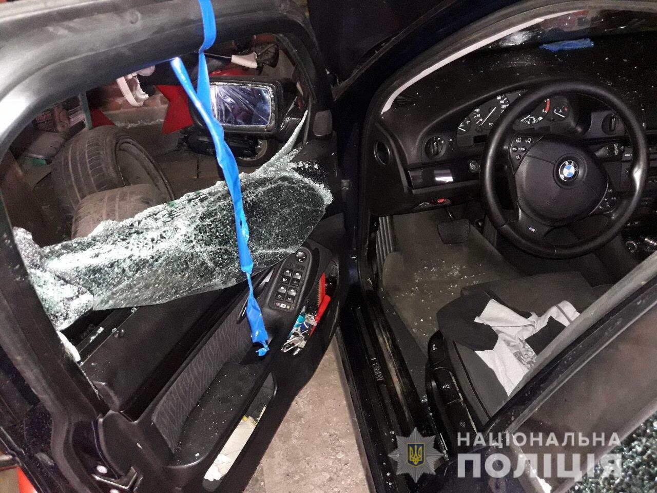 У Хусті п'яний чоловік жбурлявся камінням у припарковане авто та вікно магазину (ФОТО)