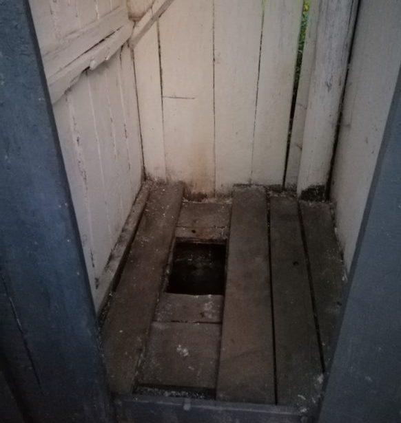 На Хустщині першокласник впав у вигрібну яму вуличного туалету /фото/