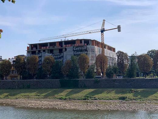 На будівництві в Ужгороді 20-річний робітник впав з третього поверху